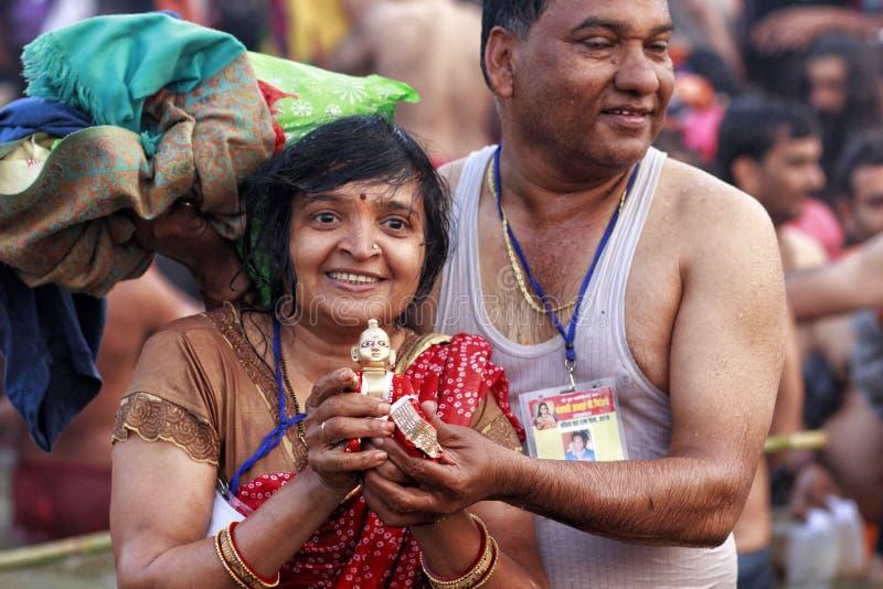 Ett par erbjuder böner, når det har tagit ett dopp i Ganges under Kumbh Mela, Allahabad, Indien royaltyfria bilder