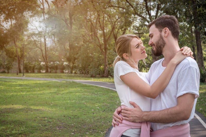 Ett par omfamnar sig och har en bra tid royaltyfri foto