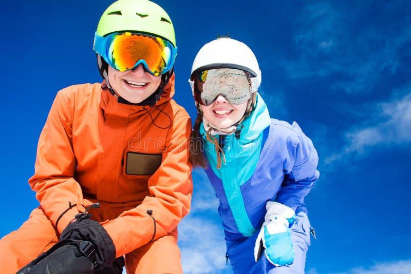 Ett par på bergsemester Dolomiti Superski, royaltyfri foto