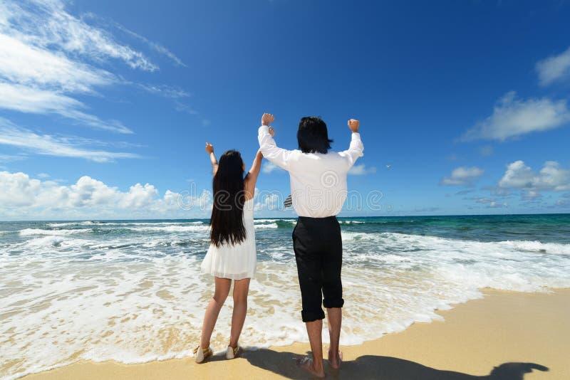 Ett par på den härliga stranden fotografering för bildbyråer