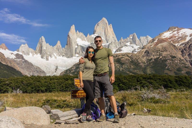 Ett par poserar under Mt fitz roy Ett ojämnt maximum i Patagonia, Argentina fotografering för bildbyråer