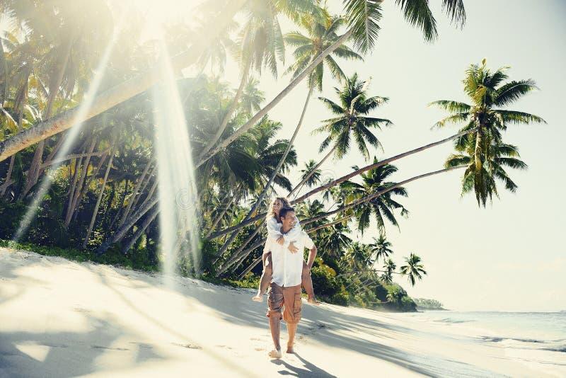 Ett par som kopplar av på strandbegreppet fotografering för bildbyråer