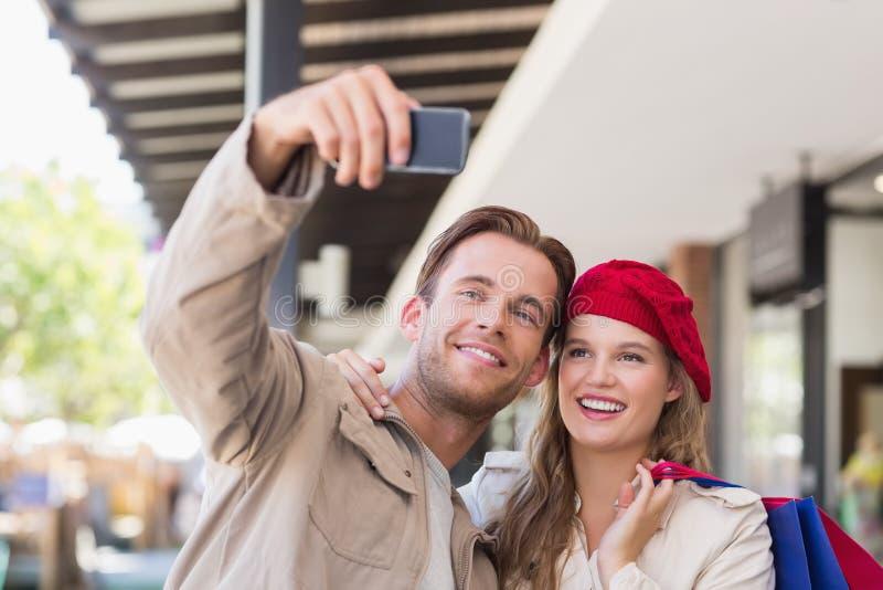 Ett par som tar en selfie arkivfoto