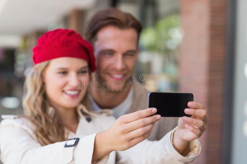 Ett par som tar en selfie royaltyfri fotografi