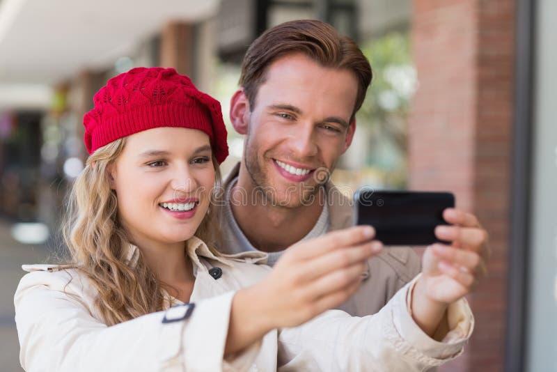 Ett par som tar en selfie arkivbild
