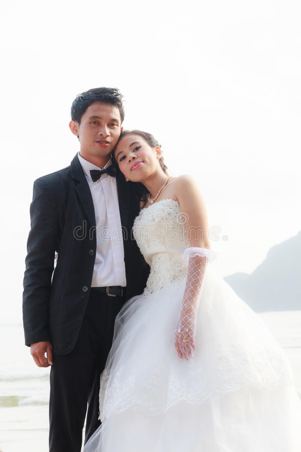 Ett parbröllop royaltyfria bilder