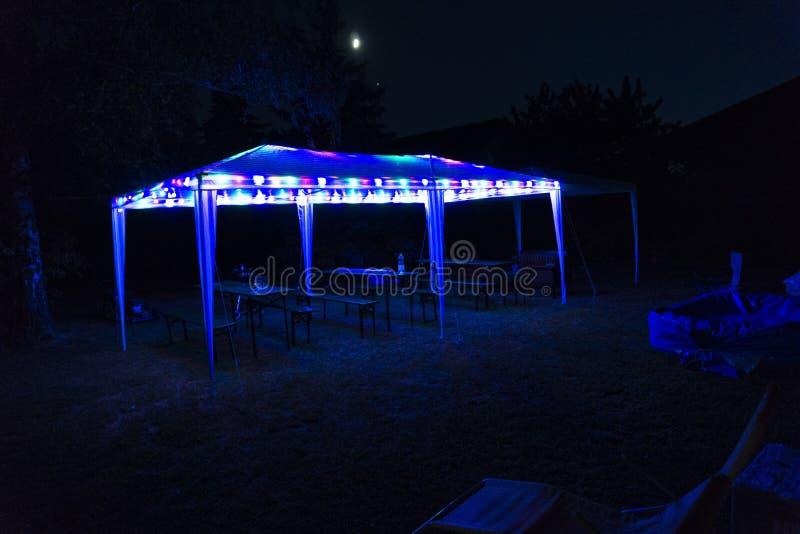 ett partitält i trädgården på natten fotografering för bildbyråer