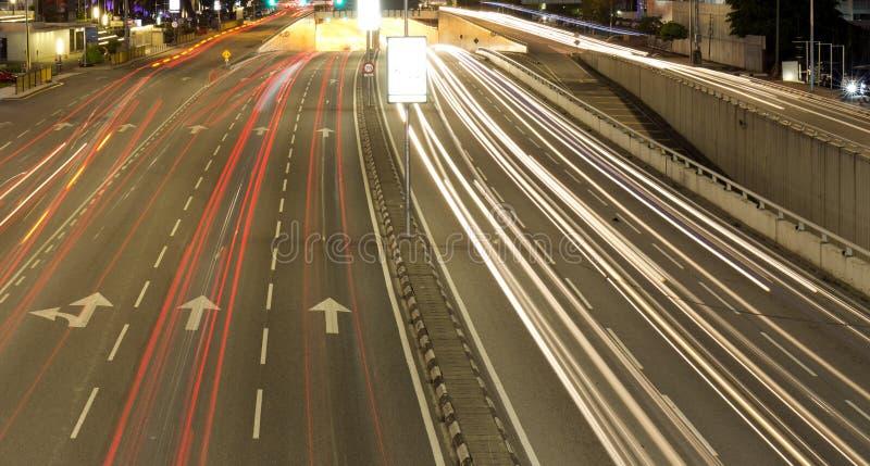 Ett perspektiv av en väg under nattetid royaltyfri bild