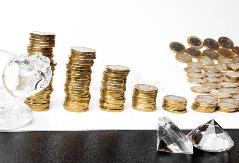 Ett piggy exponeringsglas, diamanter och mynttornbakgrund Finansiella besparingpengar inför framtiden Affärsinvestering och ekono arkivbild