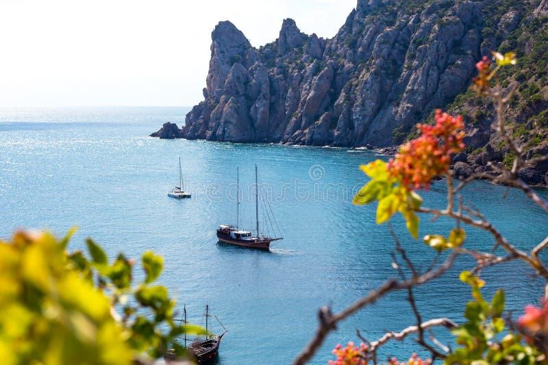 Ett piratkopieraskepp Skonaren i turkoshavet Seglingskepp i havet mot bakgrunden av bergen Turist- fartyg för arkivfoto