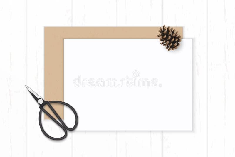 Ett plant lekmanna- för sammansättningspapper för den bästa sikten elegant vitt kraft kuvert sörjer kotte- och tappningmetallsax  royaltyfri illustrationer