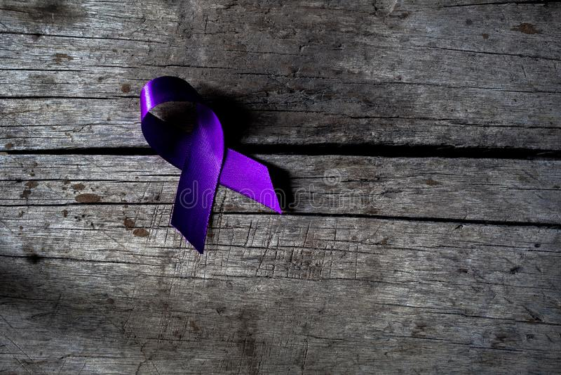 Ett purpurf?rgat band f?r medvetenheten om unacceptabilityen av v?ldet mot kvinnor, royaltyfria bilder