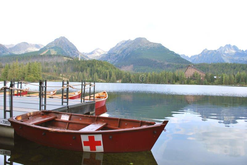 Ett räddningsaktionfartyg på sjön Strbske Pleso royaltyfri foto