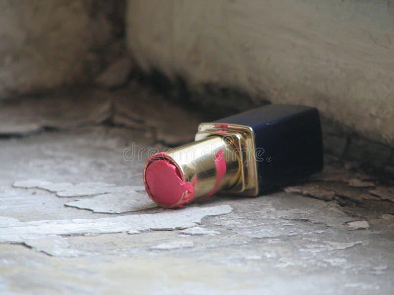 Ett rör av röd läppstift överges i en sovjetisk trappuppgång royaltyfria bilder