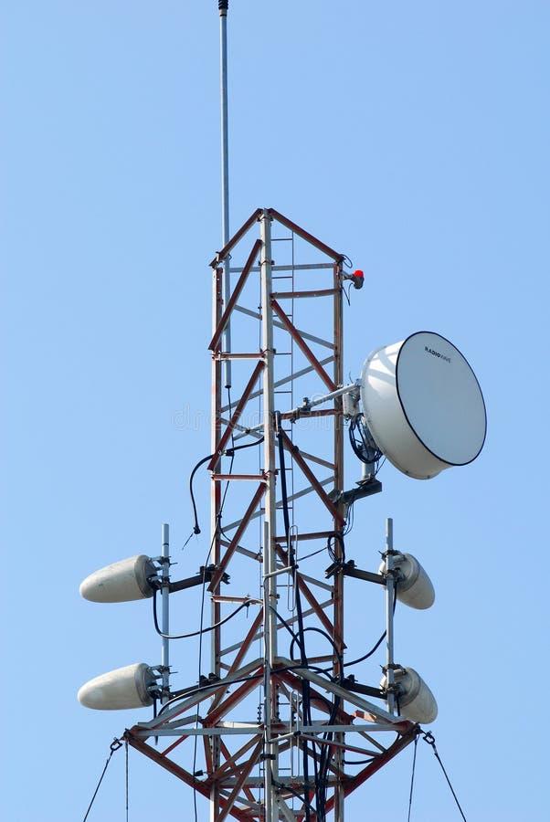 Ett radiotorn med stålramen och radiovågen royaltyfri foto
