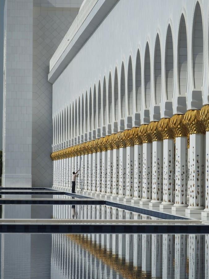 Ett rengöringsmedel på arbete på Abu Dhabi Grand Mosque royaltyfri bild
