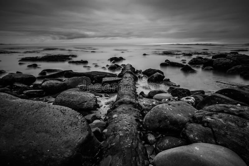 Ett ridit ut rör klipper igenom den steniga kustlinjen i La Jolla, Kalifornien royaltyfri fotografi