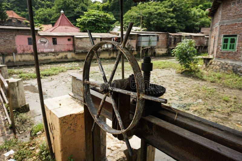 Ett rostigt foto för kontroll för slussport som tas i Semarang Indonesien royaltyfri foto