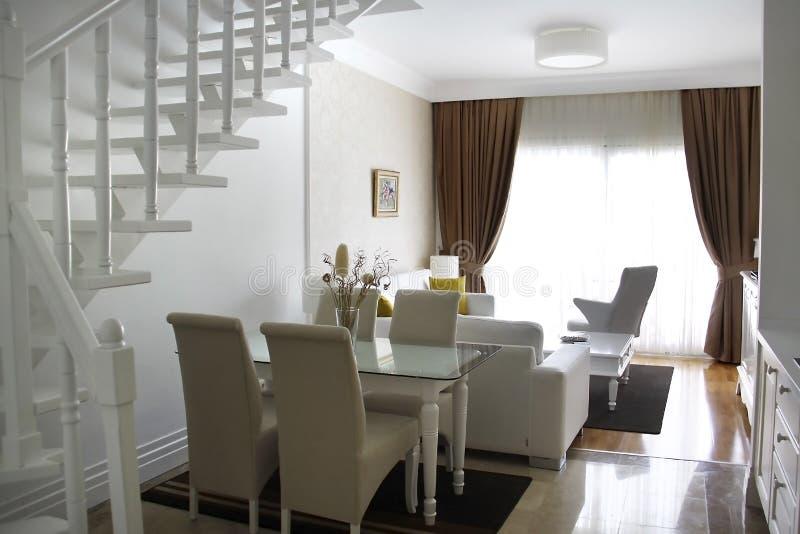 Ett rum med en vit inre med en trappuppgång som uppför trappan leder royaltyfri fotografi