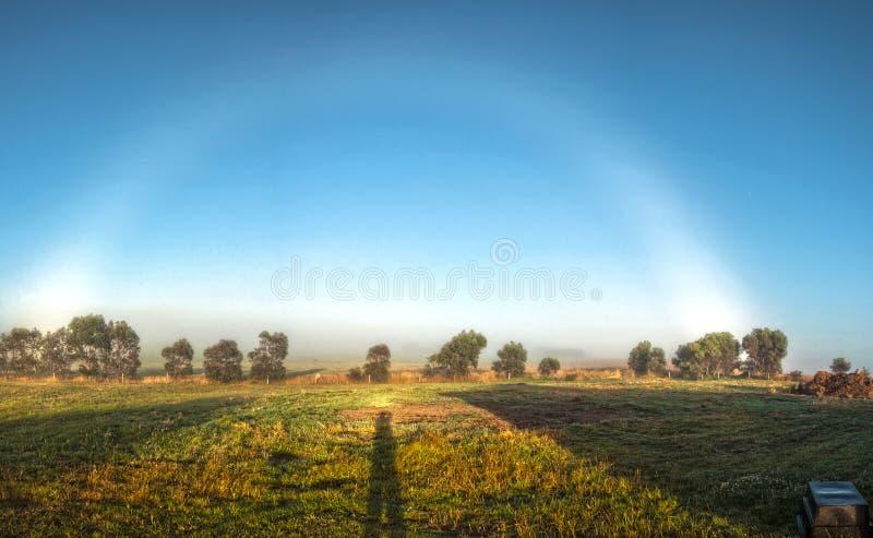 Ett sällsynt naturligt fenomen dimmig regnbåge arkivfoton