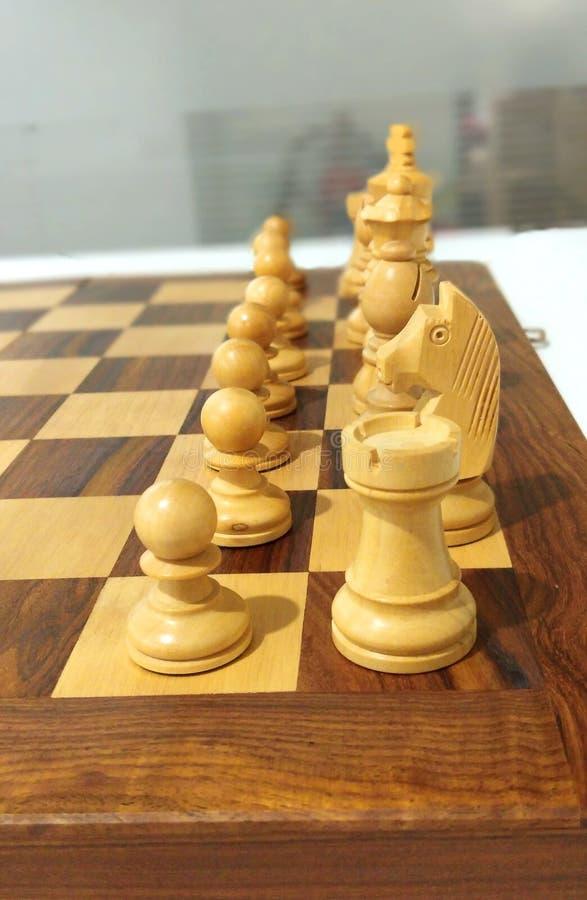 Ett sidoschackstycke på schackbrädet som är klart att spela fotografering för bildbyråer