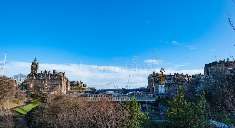 Ett siktsBalmoral hotell och en norr bro i Edinburg, Skottland arkivbild