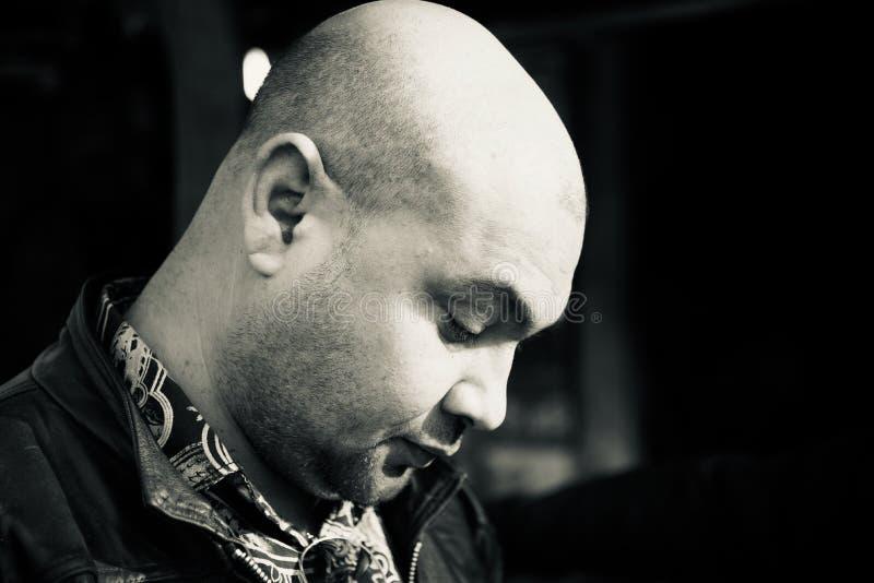 Ett skallig man isolerat unikt ståendefoto fotografering för bildbyråer