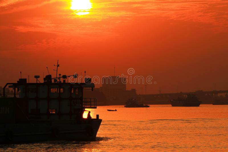 Ett skepp i solnedgången royaltyfri fotografi