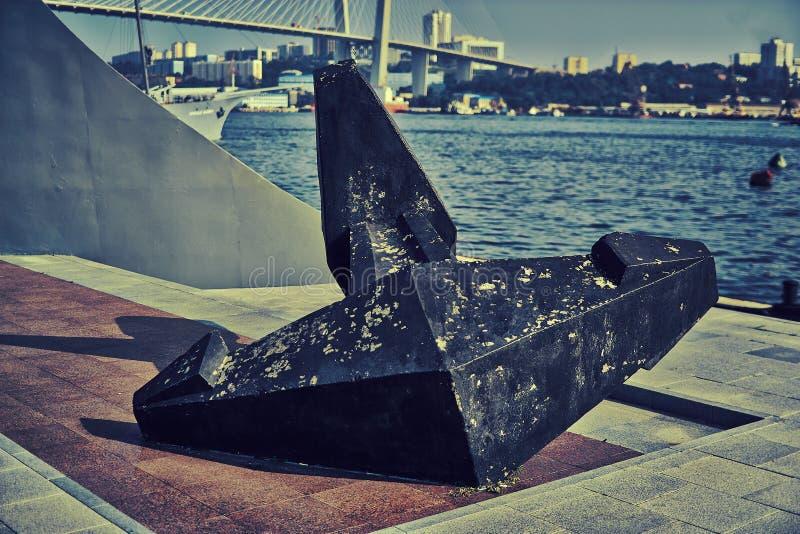 Ett skeppankare på kusten av fjärden royaltyfria foton