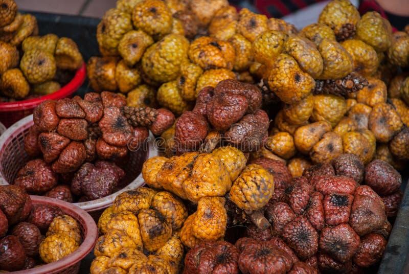 Ett skott av ormfrukter som tas på en lokal marknad i Bintulu, Malaysia royaltyfria bilder