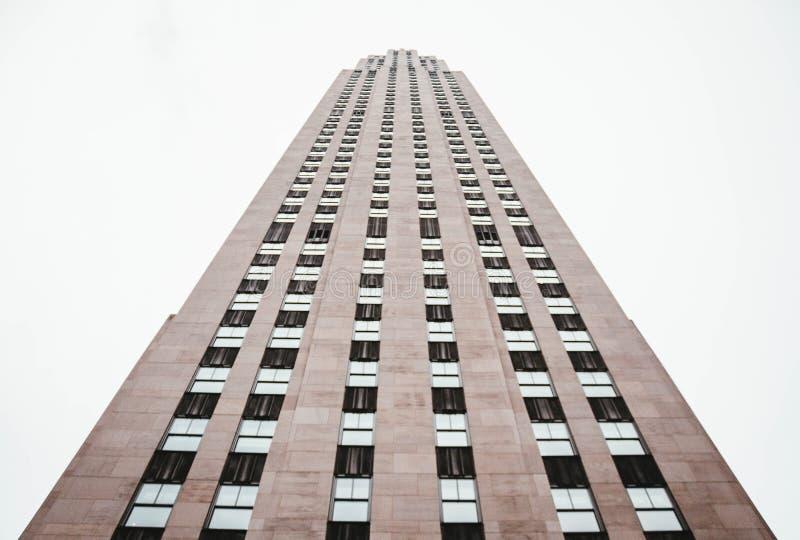 Ett skott för låg vinkel av en högväxt skyskrapaaffärsbyggnad i NYC arkivbild