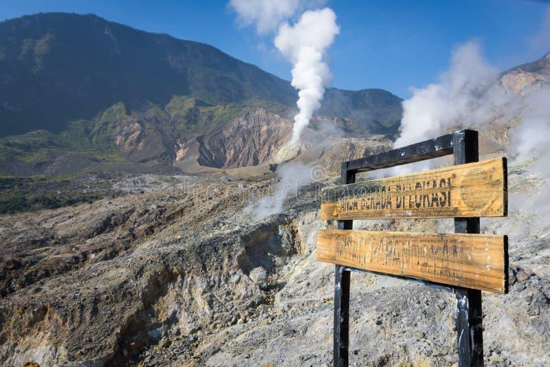 Ett skriftligt \ 'dig tecken är i läget av den Papandayan krater \', Ett landskap av det steniga spåret på monteringen Papandayan arkivfoto