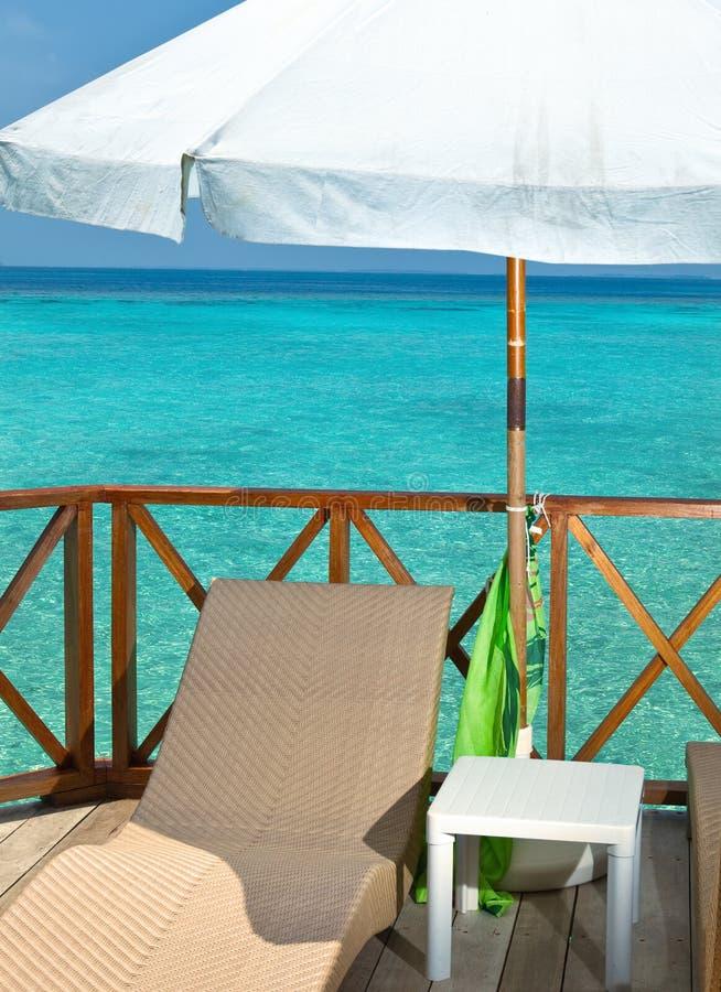 Ett slags solskydd- och chaisevardagsrum på en terrass arkivfoton