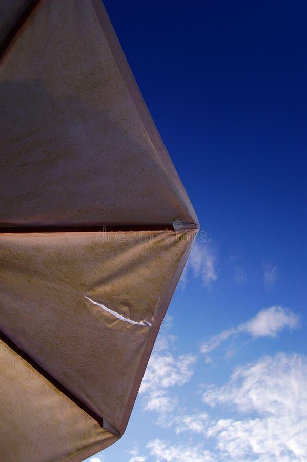 Ett slags solskydd och skyen arkivfoton