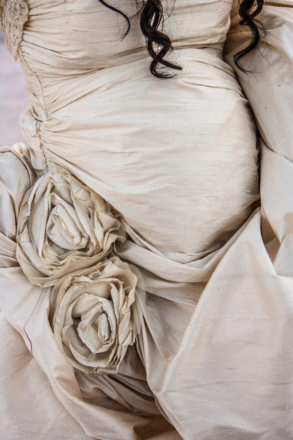 Ett slut upp av en gravid brud i en bröllopsklänning arkivfoton