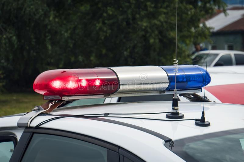 Ett slut upp av en swithched roterande fyr av en polisbil Blinkande ljus för snutbiltak utomhus Överkanten av polispatrullen royaltyfri bild