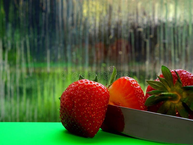 Ett slut upp av halvan en jordgubbe royaltyfri fotografi