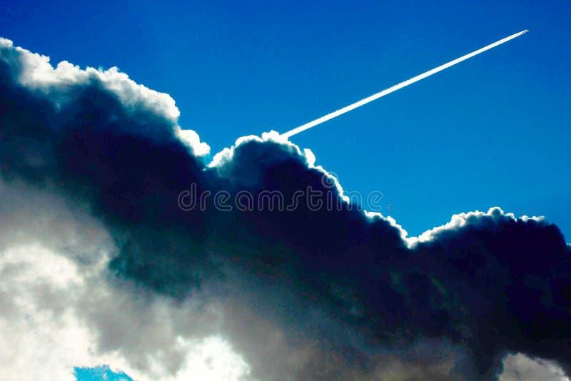Ett slut upp av moln i himlen arkivbild
