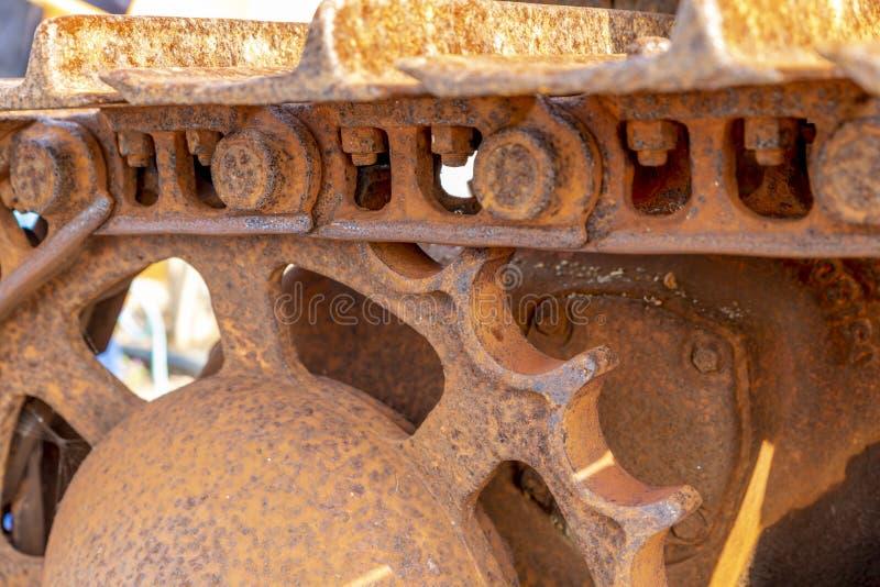 Ett slut upp av rusterlarvspår på en dozer royaltyfri bild