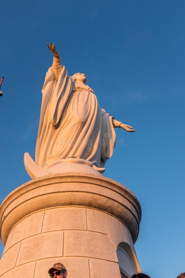 Ett slut upp av statyn upptill av San Cristobal Hill i Santiago, Chile arkivbilder