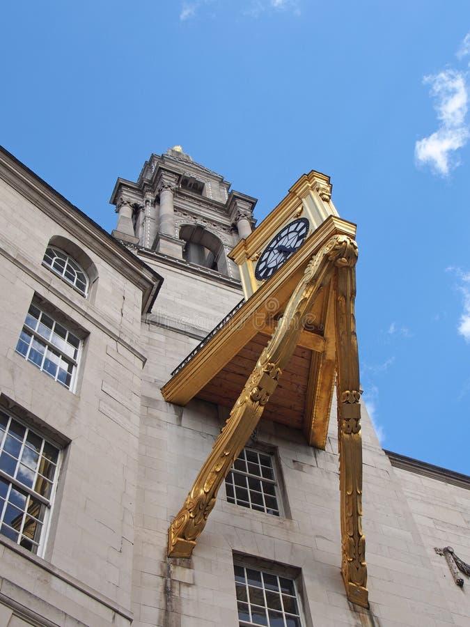 Ett slut upp detaljen av tornet och den stora utsmyckade guld- klockan på leeds den medborgerliga korridoren i västra - yorkshire arkivfoto