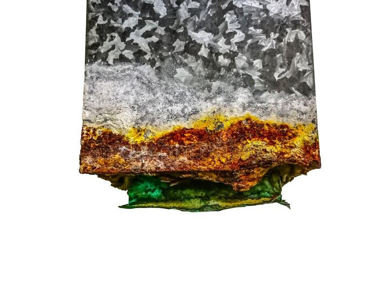Ett slut upp gammal rostig fyrkant galvaniserade järnröret för tömning för förlorat vatten som isolerades på vit bakgrund arkivfoto
