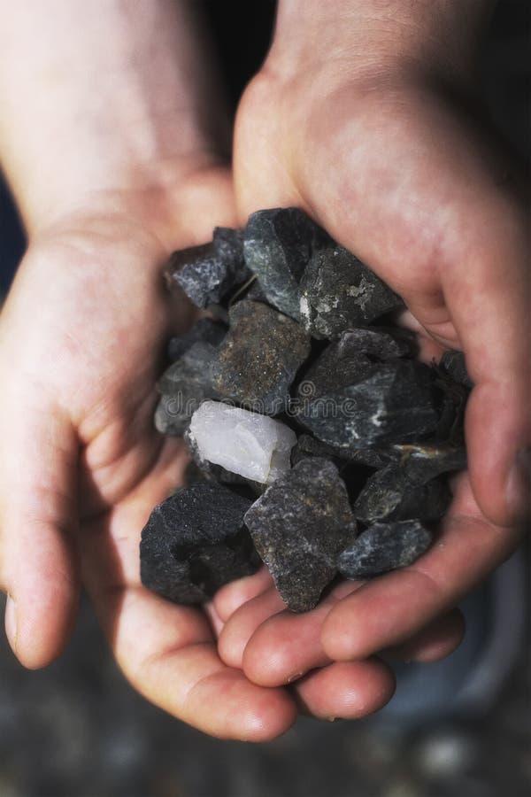 Ett slut upp kol vaggar att rymmas i en hand royaltyfria bilder