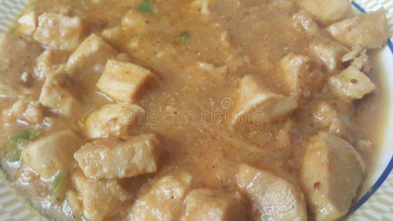 Ett slut upp sikt av kokta fega köttkuber med kryddor på den royaltyfri foto