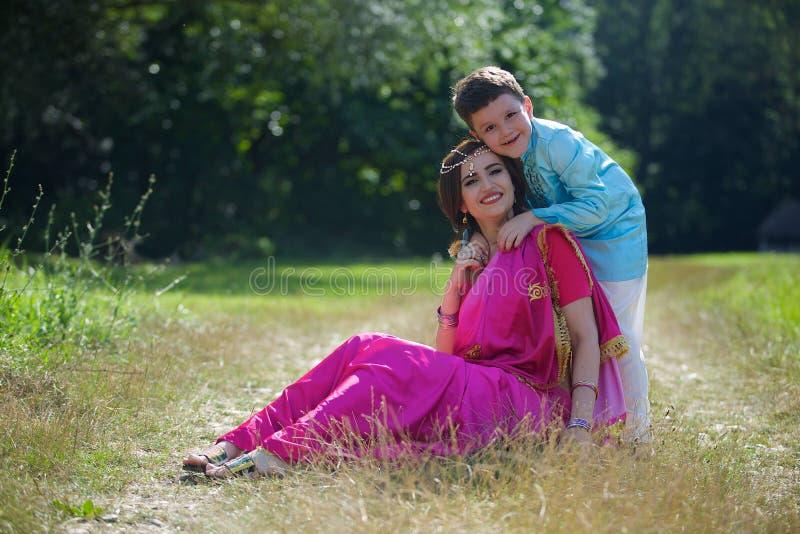 Ett småbarn och hans moder i traditionell indisk dress arkivfoto