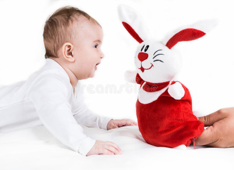 Ett småbarn som lyckat spelar arkivbilder