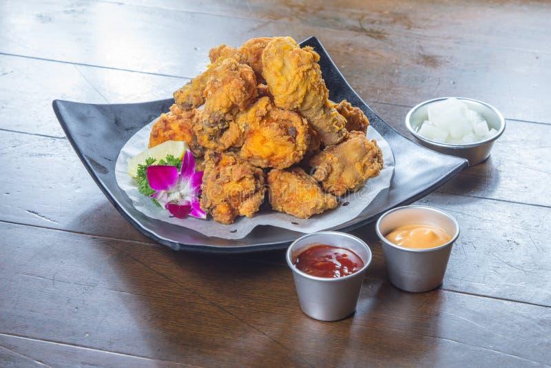 Ett smakligt kokkonstfoto av djup stekt kyckling arkivbild