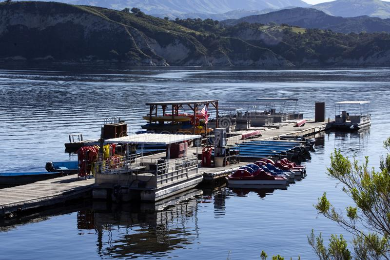 Ett sortiment av fartyg för hyra på Cachuma sjön, Santa Barbara County arkivfoto