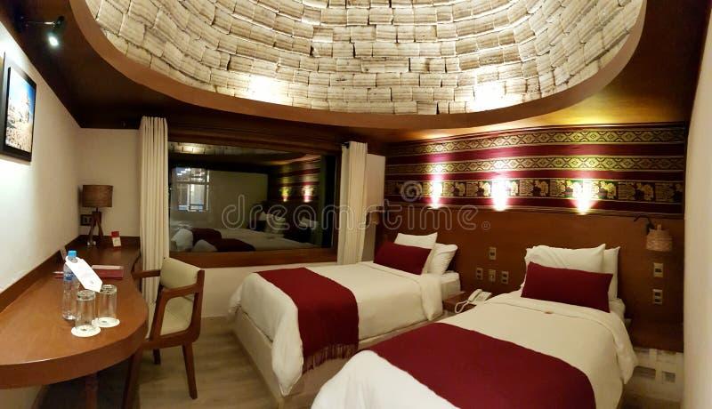 Ett sovrum inom det storartade hotellet 'Palacio de Sal 'på ingången av Salar de Uyuni, Bolivia royaltyfri bild