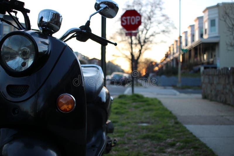 Ett sparkcykel- och stopptecken arkivfoto